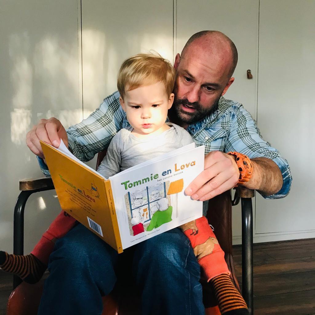 """Collega Jeroen van Gestrijpt in Eindhoven leest voor aan zoontje Lenny (1,5).  """"Met vooral veel aandacht voor de beer"""" aldus de papa."""