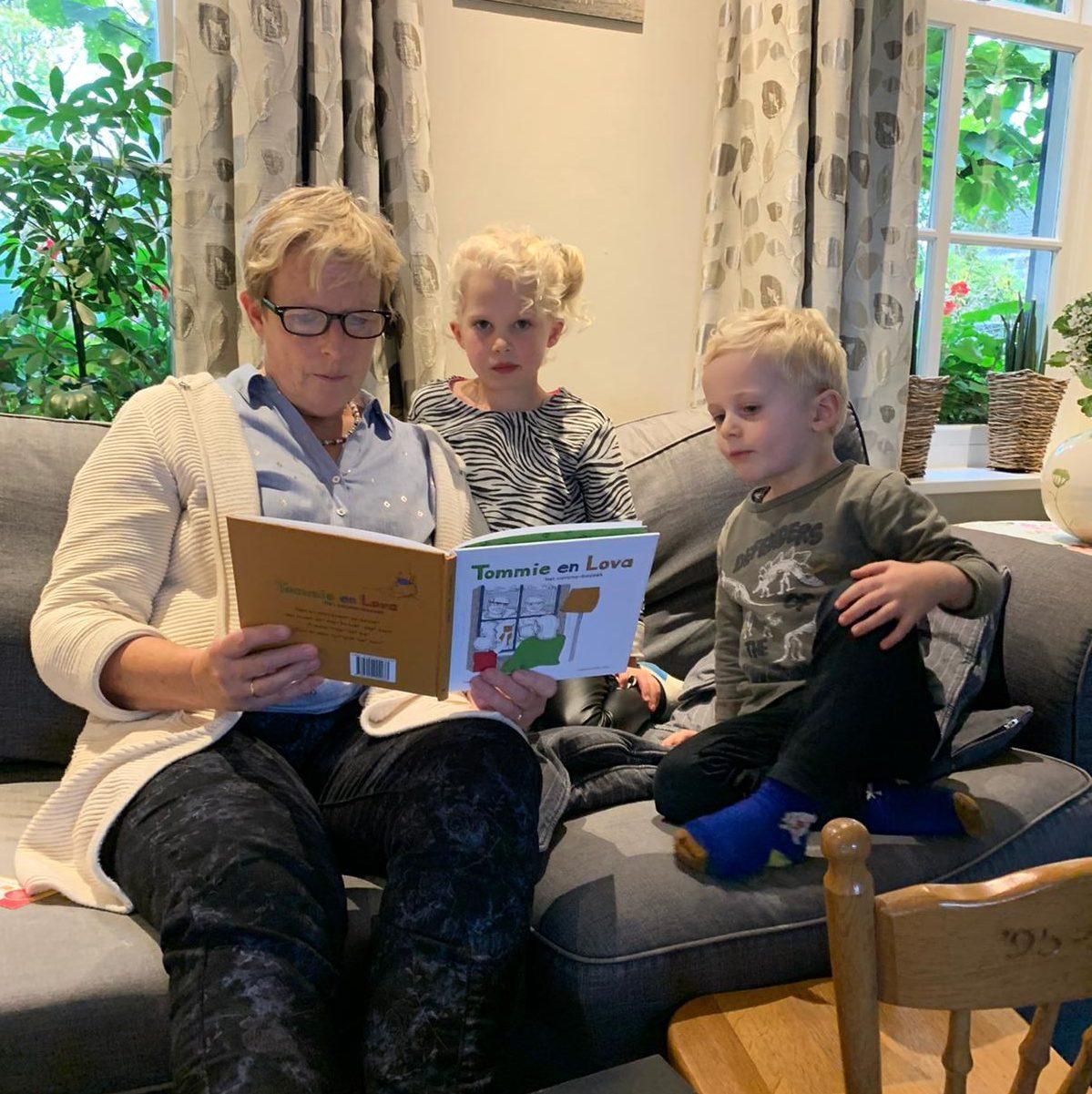 Oma Jeanne uit Oostelbeers leest voor uit Tommie en Lova, het coronabezoek aan kleinkinderen Mette (6) en Kars (3).