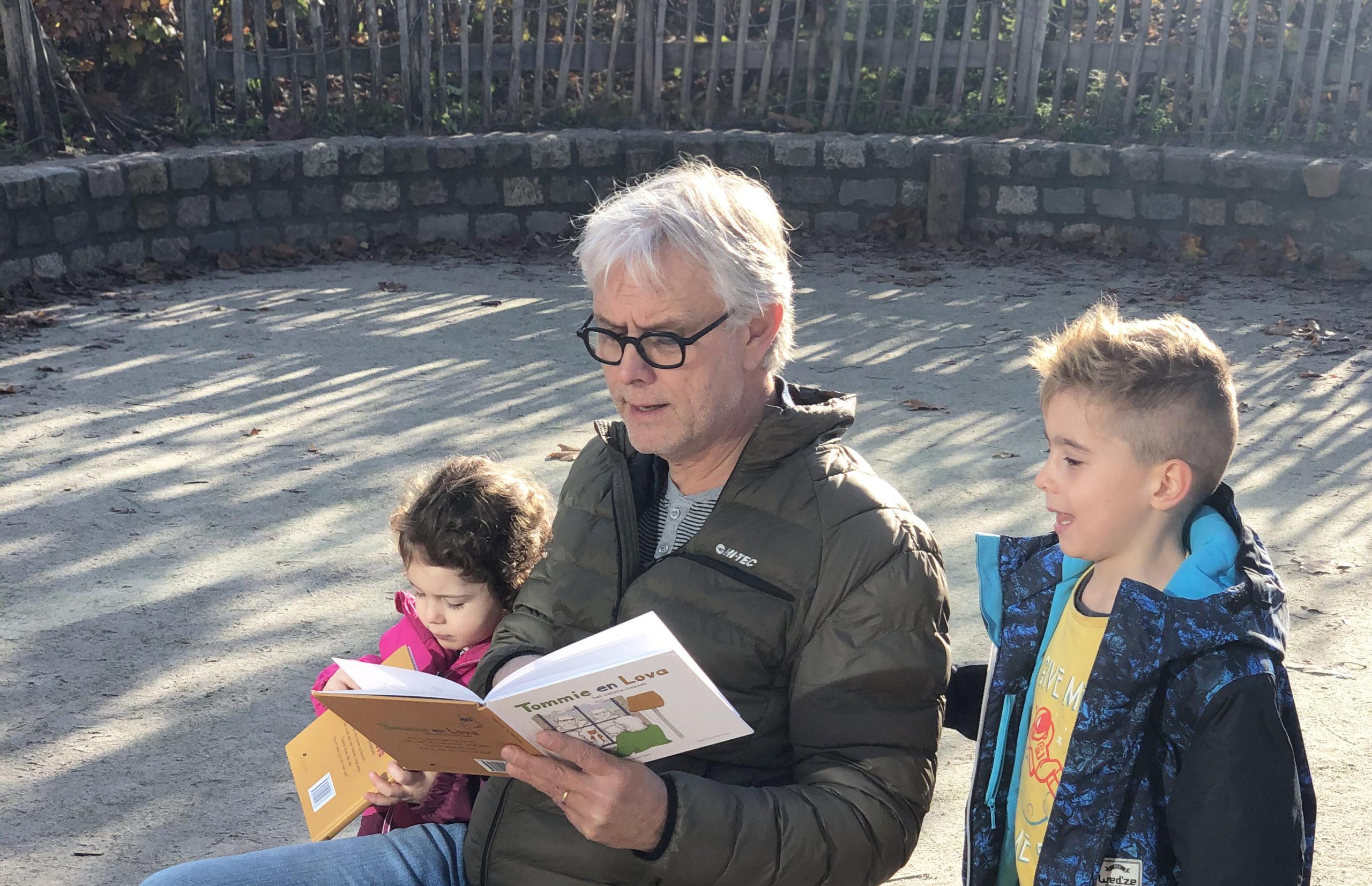 #aandachtvoorelkaar: opa Cees leest voor uit Tommie en Lova, het coronabezoek