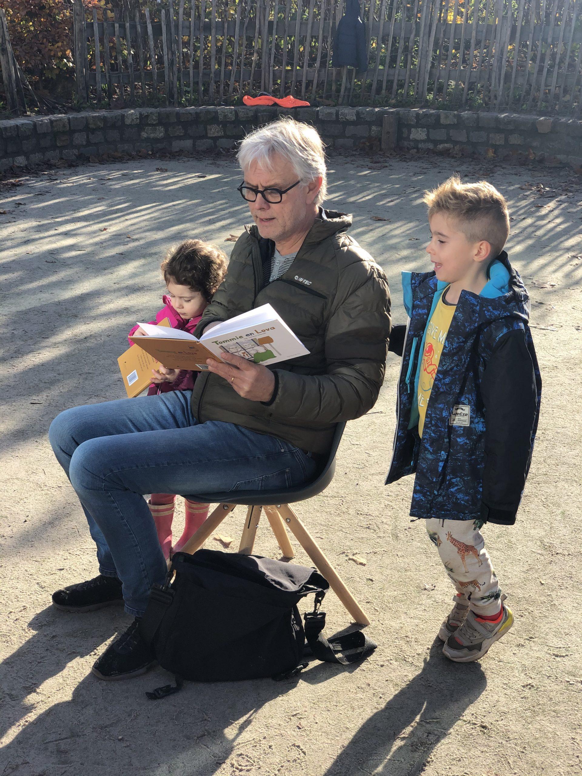opa Cees leest voor uit Tommie en Lova, het coronabezoek